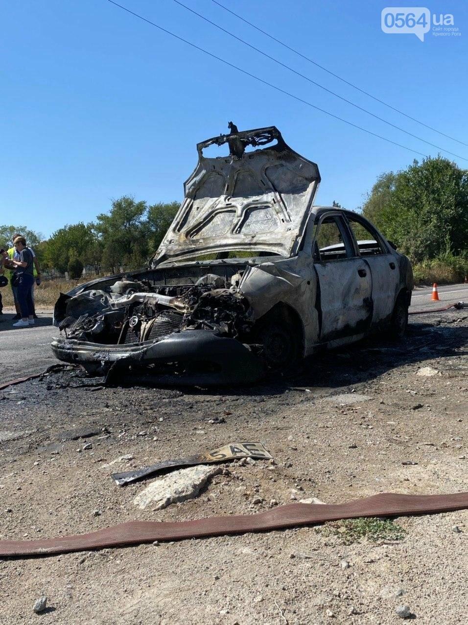 В Кривом Роге в результате лобового столкновения с маршруткой сгорел Lanos. Есть пострадавшие, - ФОТО , фото-2