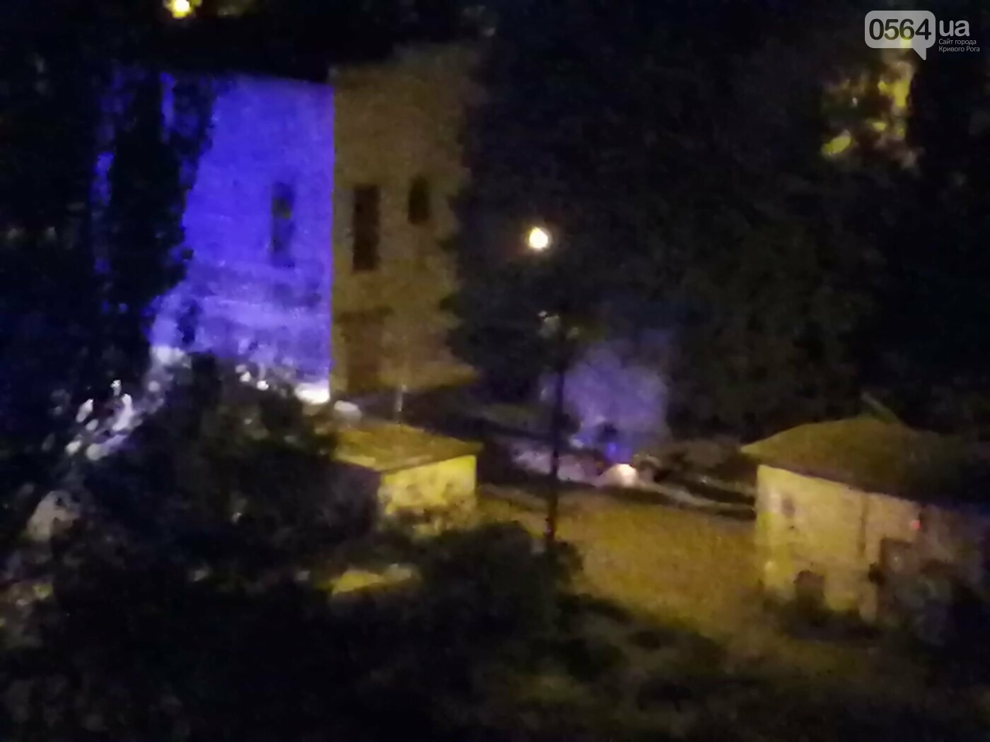 Ночью в Кривом Роге сгорел автомобиль, припаркованный во дворе, - ФОТО , фото-2