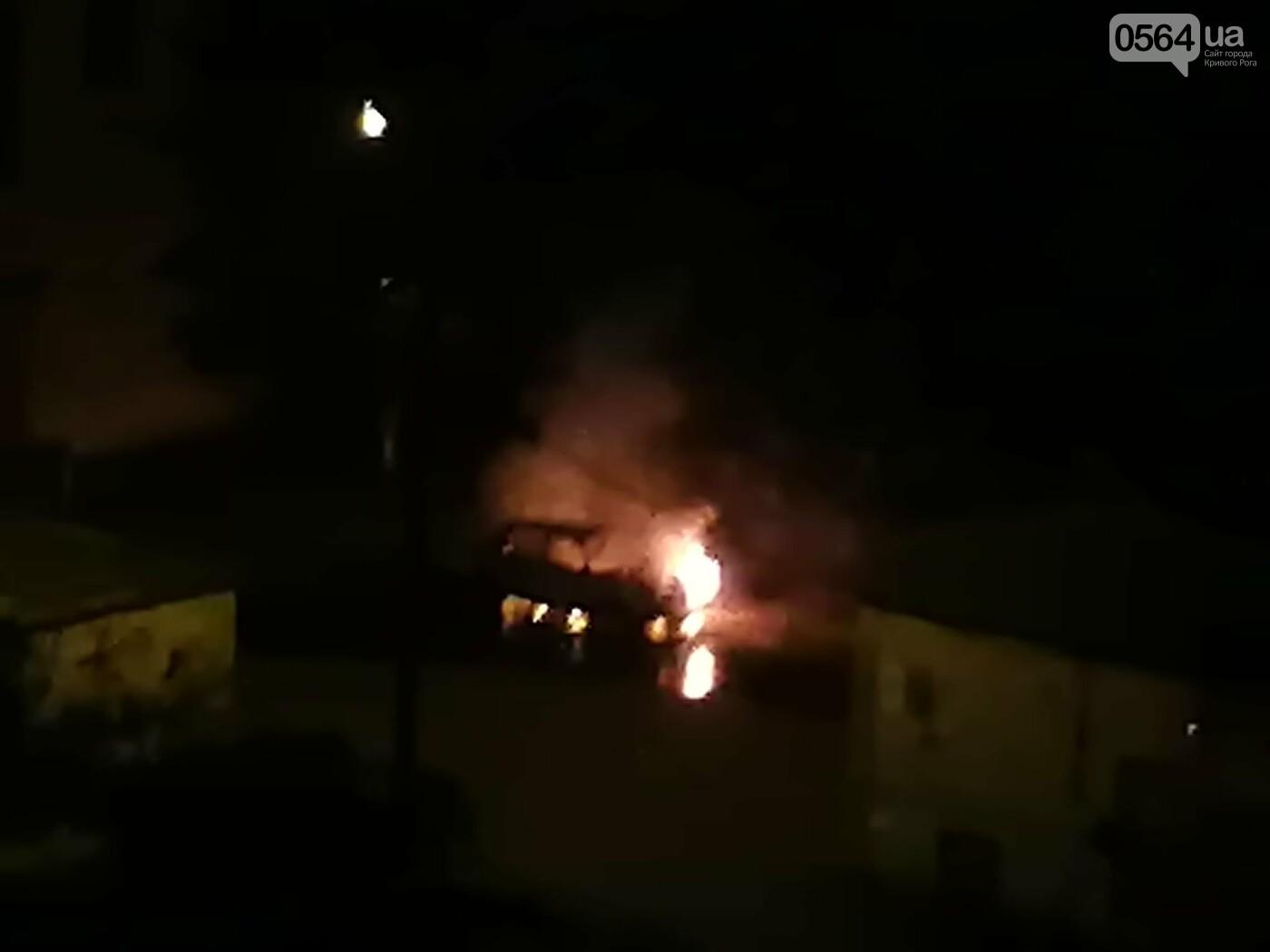 Ночью в Кривом Роге сгорел автомобиль, припаркованный во дворе, - ФОТО , фото-3