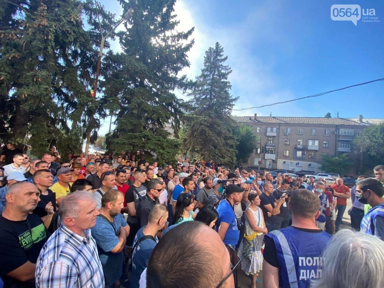 Отмолчаться не получится: у входа в админздание КЖРК проходит массовый митинг, на ступеньках сложены шины,  - ФОТО, ВИДЕО, фото-5