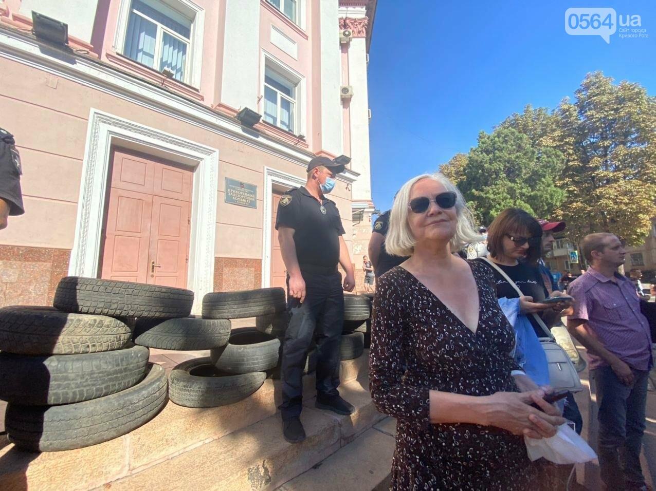Отмолчаться не получится: у входа в админздание КЖРК проходит массовый митинг, на ступеньках сложены шины,  - ФОТО, ВИДЕО, фото-11