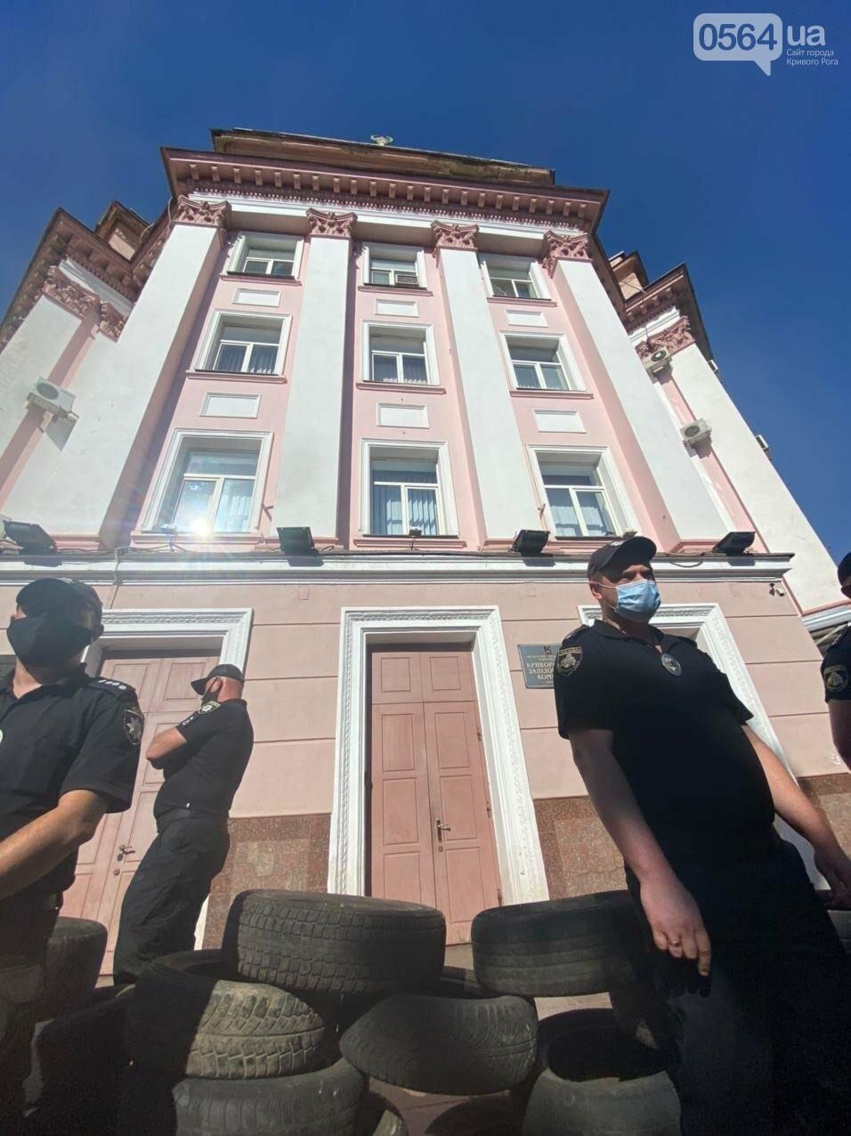 Отмолчаться не получится: у входа в админздание КЖРК проходит массовый митинг, на ступеньках сложены шины,  - ФОТО, ВИДЕО, фото-9