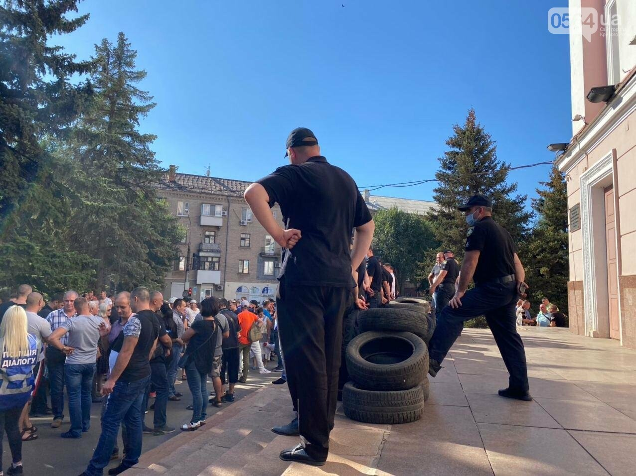 Отмолчаться не получится: у входа в админздание КЖРК проходит массовый митинг, на ступеньках сложены шины,  - ФОТО, ВИДЕО, фото-18