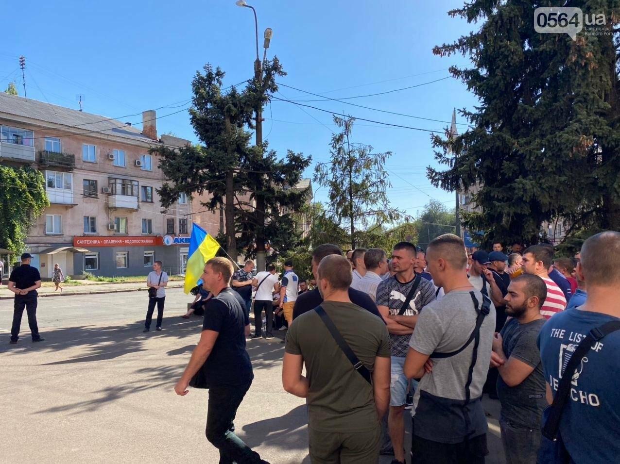 Отмолчаться не получится: у входа в админздание КЖРК проходит массовый митинг, на ступеньках сложены шины,  - ФОТО, ВИДЕО, фото-16
