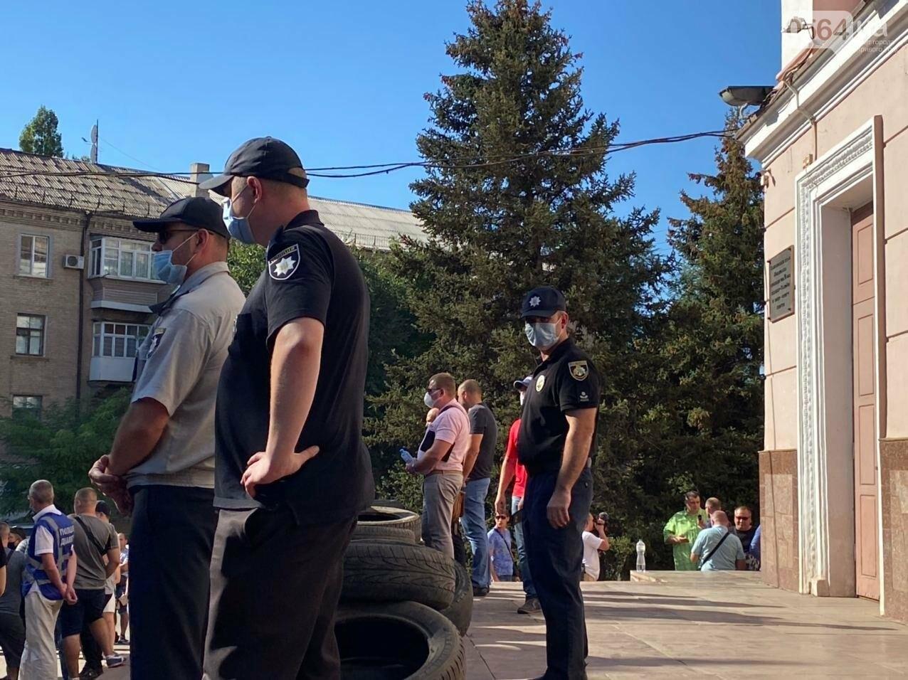 Отмолчаться не получится: у входа в админздание КЖРК проходит массовый митинг, на ступеньках сложены шины,  - ФОТО, ВИДЕО, фото-13