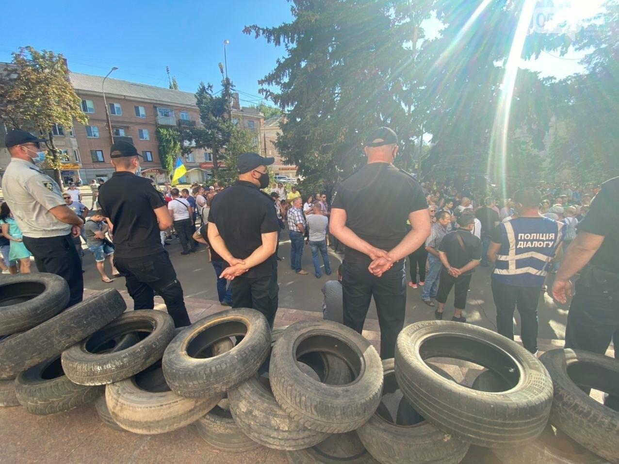 Отмолчаться не получится: у входа в админздание КЖРК проходит массовый митинг, на ступеньках сложены шины,  - ФОТО, ВИДЕО, фото-25