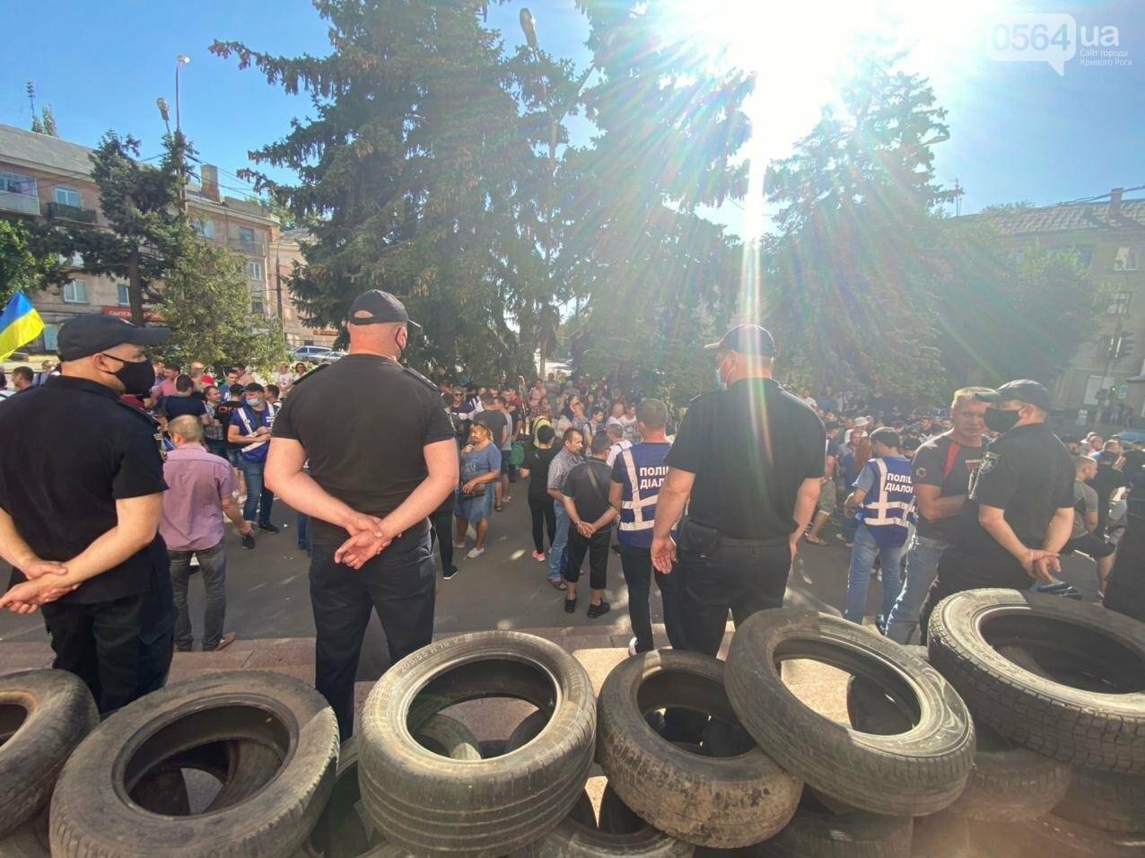 Отмолчаться не получится: у входа в админздание КЖРК проходит массовый митинг, на ступеньках сложены шины,  - ФОТО, ВИДЕО, фото-23