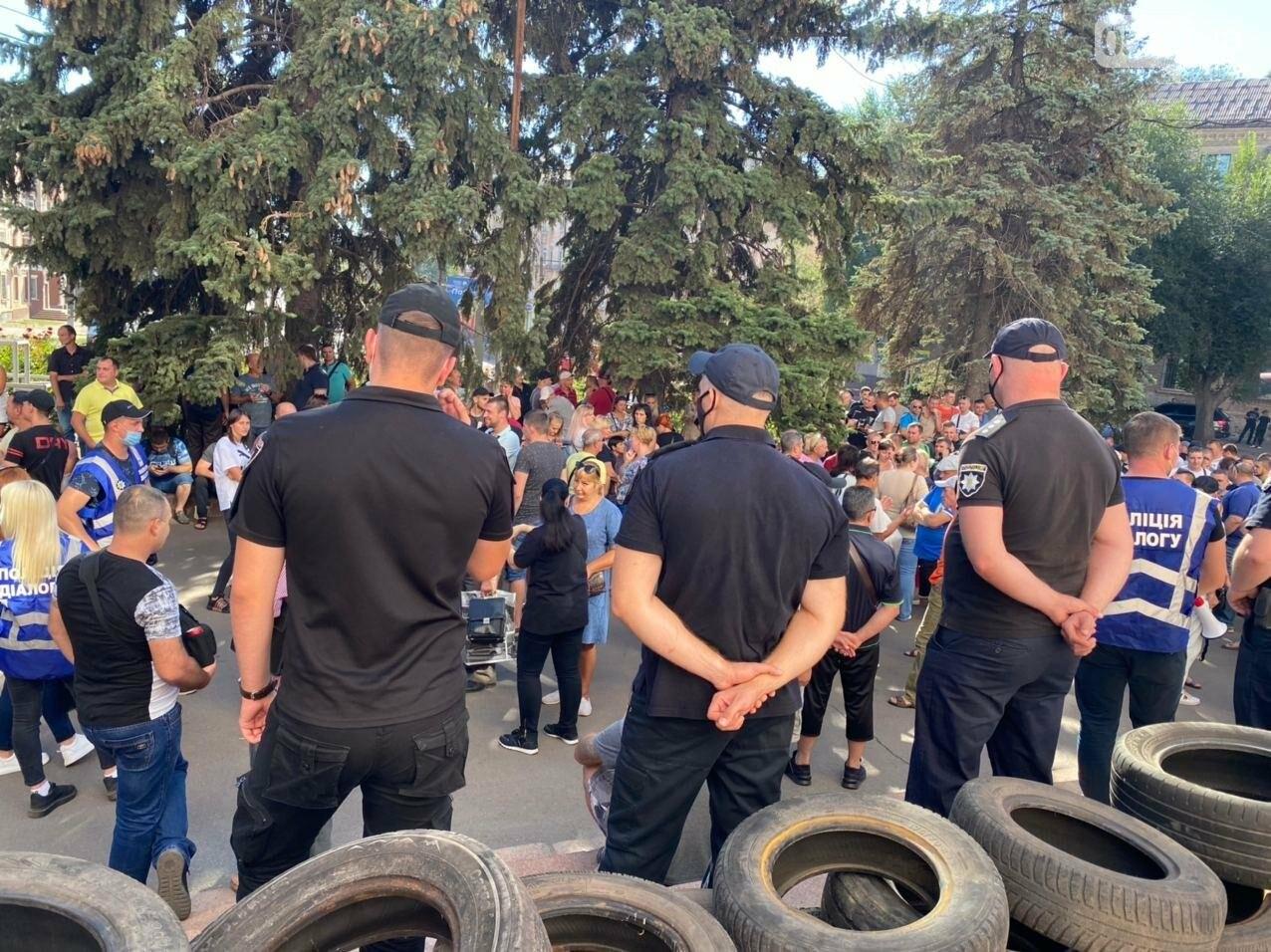 Отмолчаться не получится: у входа в админздание КЖРК проходит массовый митинг, на ступеньках сложены шины,  - ФОТО, ВИДЕО, фото-22