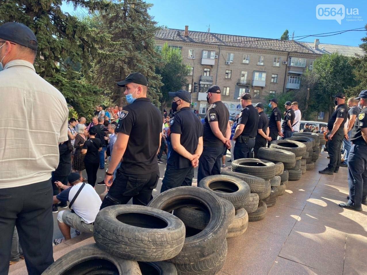 Отмолчаться не получится: у входа в админздание КЖРК проходит массовый митинг, на ступеньках сложены шины,  - ФОТО, ВИДЕО, фото-21
