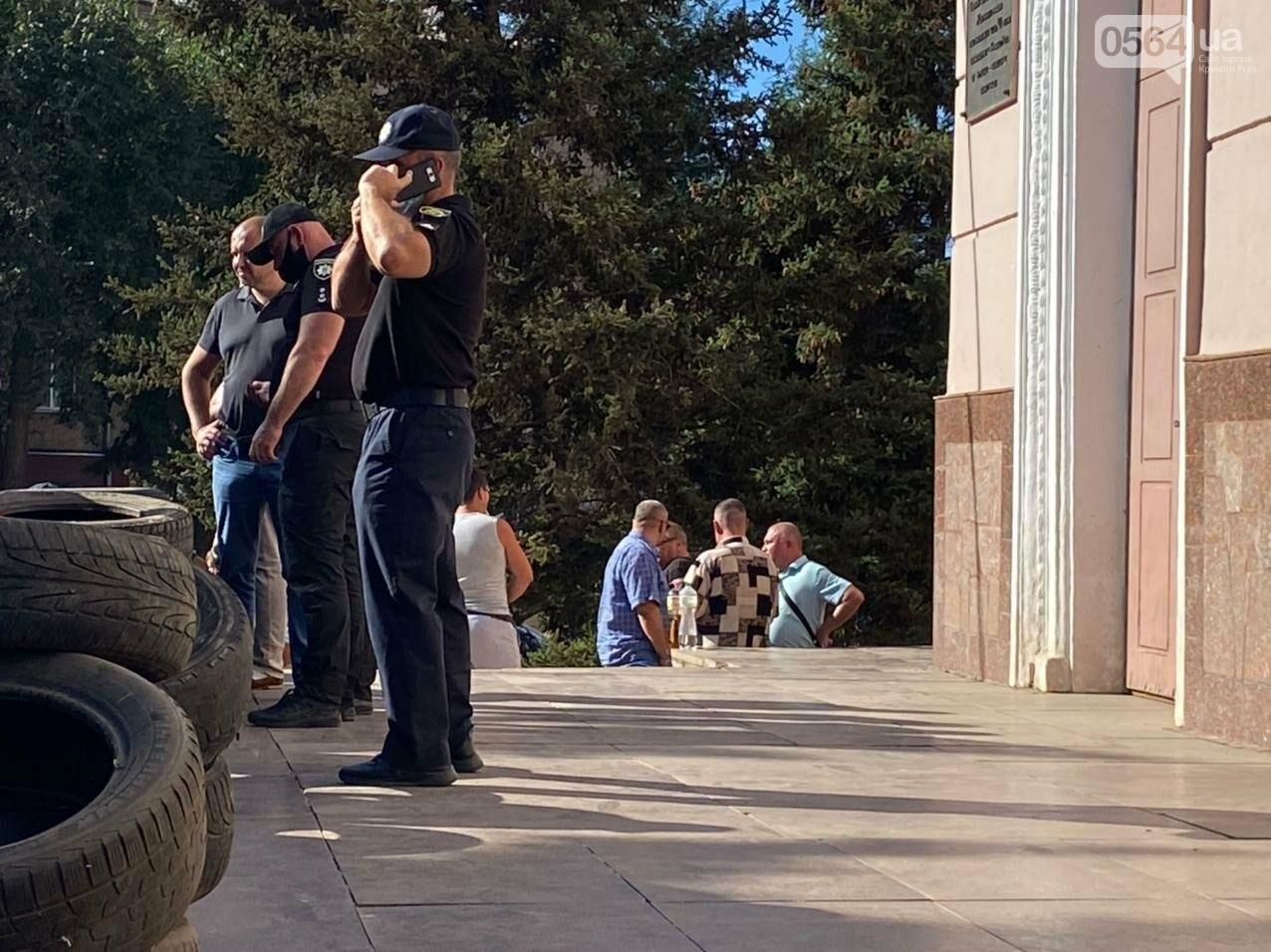 Отмолчаться не получится: у входа в админздание КЖРК проходит массовый митинг, на ступеньках сложены шины,  - ФОТО, ВИДЕО, фото-20