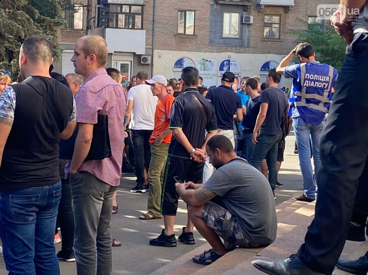 Отмолчаться не получится: у входа в админздание КЖРК проходит массовый митинг, на ступеньках сложены шины,  - ФОТО, ВИДЕО, фото-19