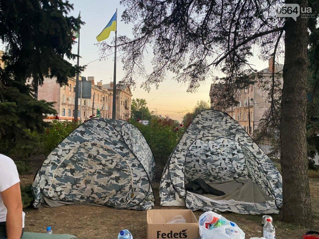 В поддержку горняков, которые бастуют под землей, криворожане разбили палаточный городок под админзданием КЖРК, - ФОТО, ВИДЕО , фото-14