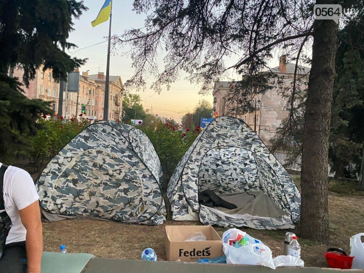 В поддержку горняков, которые бастуют под землей, криворожане разбили палаточный городок под админзданием КЖРК, - ФОТО, ВИДЕО , фото-3
