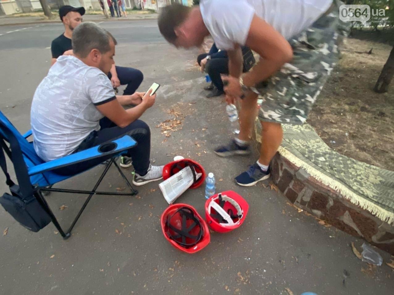 В поддержку горняков, которые бастуют под землей, криворожане разбили палаточный городок под админзданием КЖРК, - ФОТО, ВИДЕО , фото-1