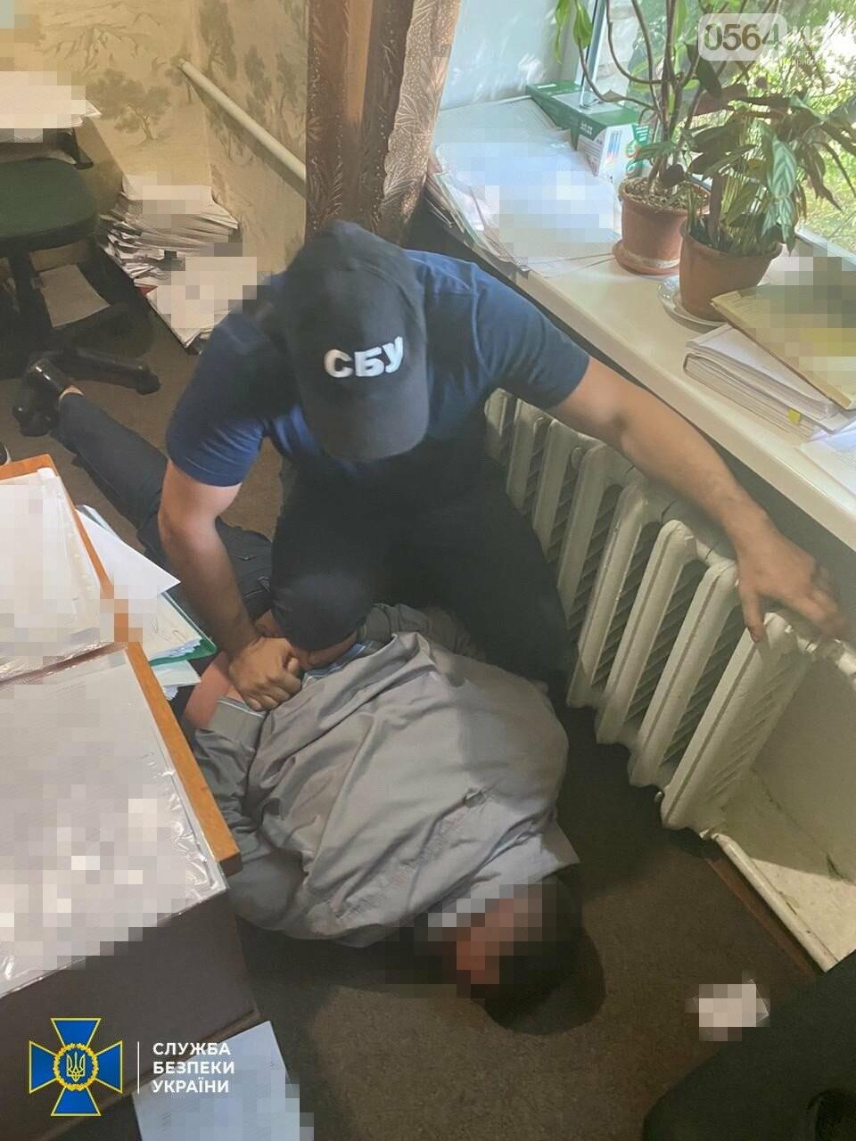 На Днепропетровщине прокурора хотели задержать на взятке, а он выбросил деньги в окно, - ФОТО, ВИДЕО, фото-1