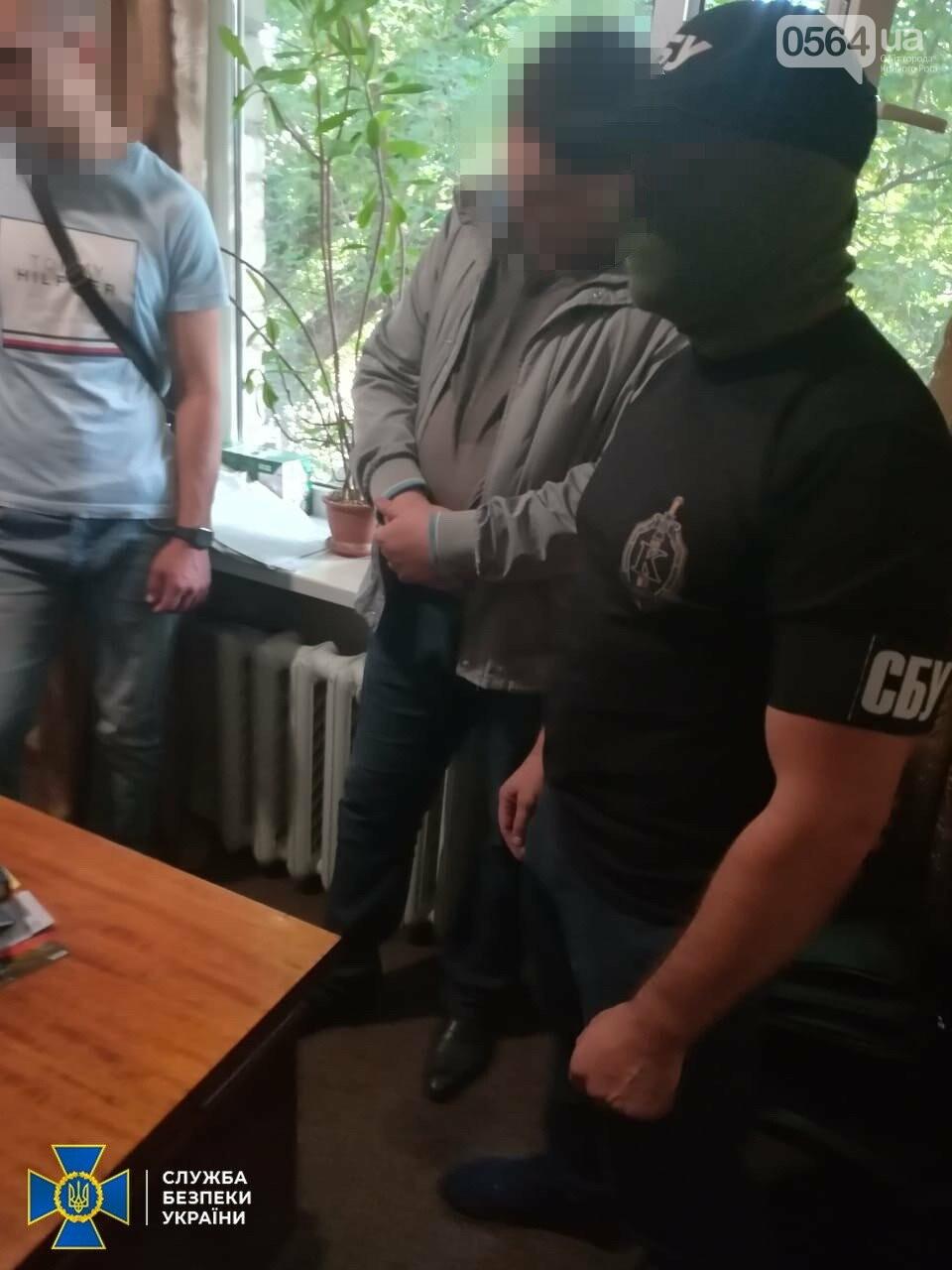 На Днепропетровщине прокурора хотели задержать на взятке, а он выбросил деньги в окно, - ФОТО, ВИДЕО, фото-2