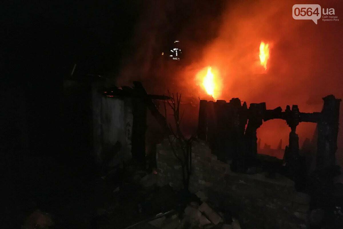 Более двух часов в Кривом Роге пожарные боролись с огнем, охватившим смежные хозпостройки, - ФОТО, ВИДЕО, фото-1