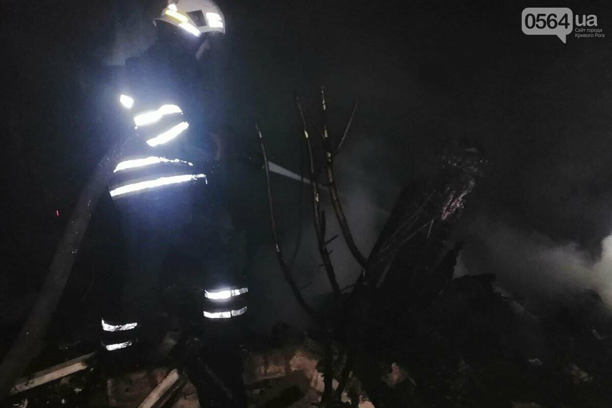 Более двух часов в Кривом Роге пожарные боролись с огнем, охватившим смежные хозпостройки, - ФОТО, ВИДЕО, фото-2