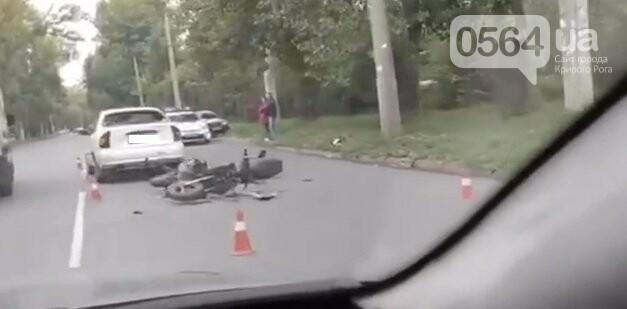 В Кривом Роге мотоцикл столкнулся с автомобилем, водитель госпитализирован, - ВИДЕО, фото-1