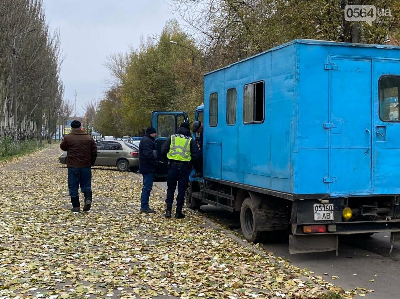 На центральном проспекте Кривого Рога столкнулись грузовик и ВАЗ, - ФОТО, ВИДЕО, фото-3