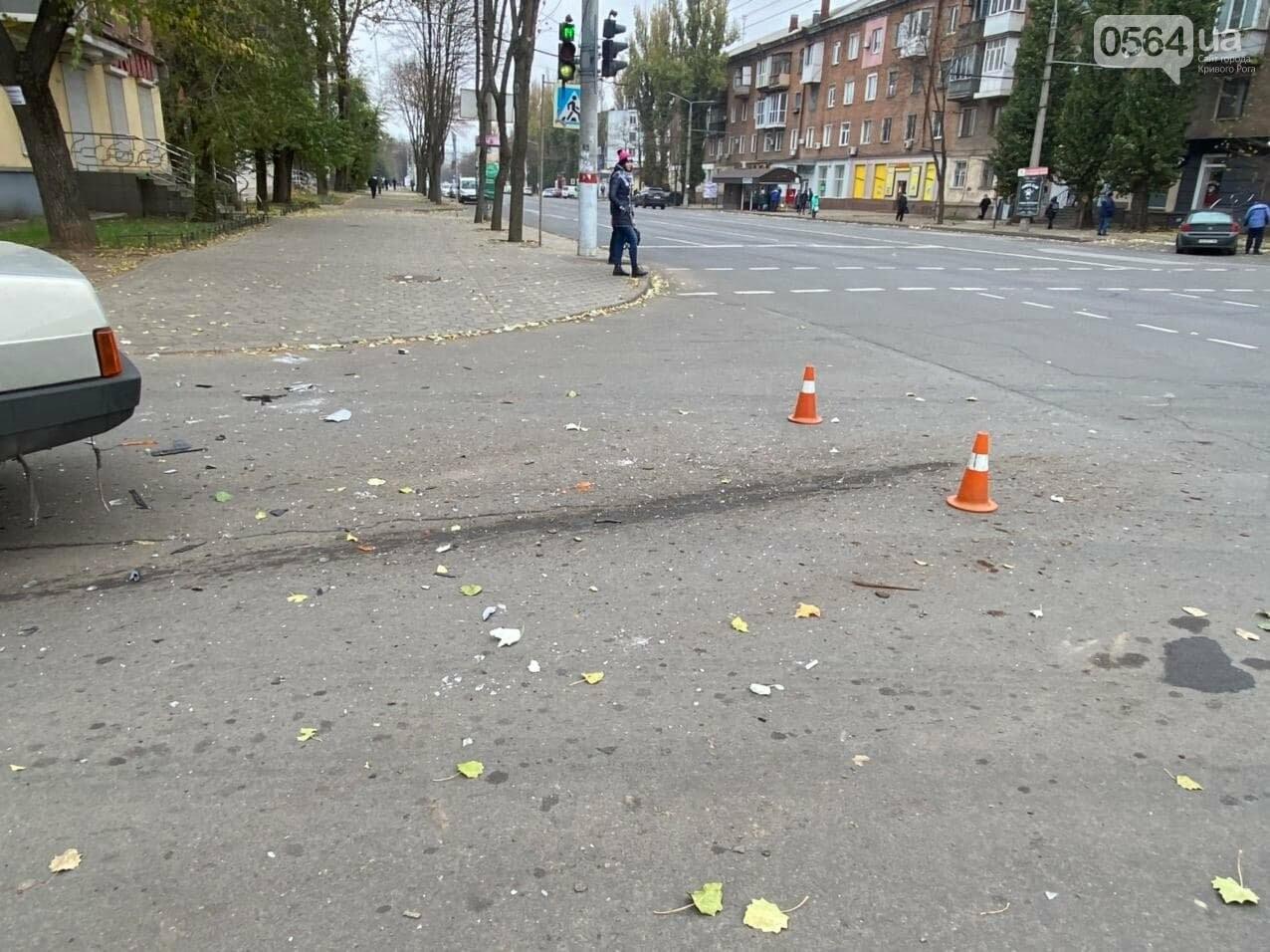На центральном проспекте Кривого Рога столкнулись грузовик и ВАЗ, - ФОТО, ВИДЕО, фото-4