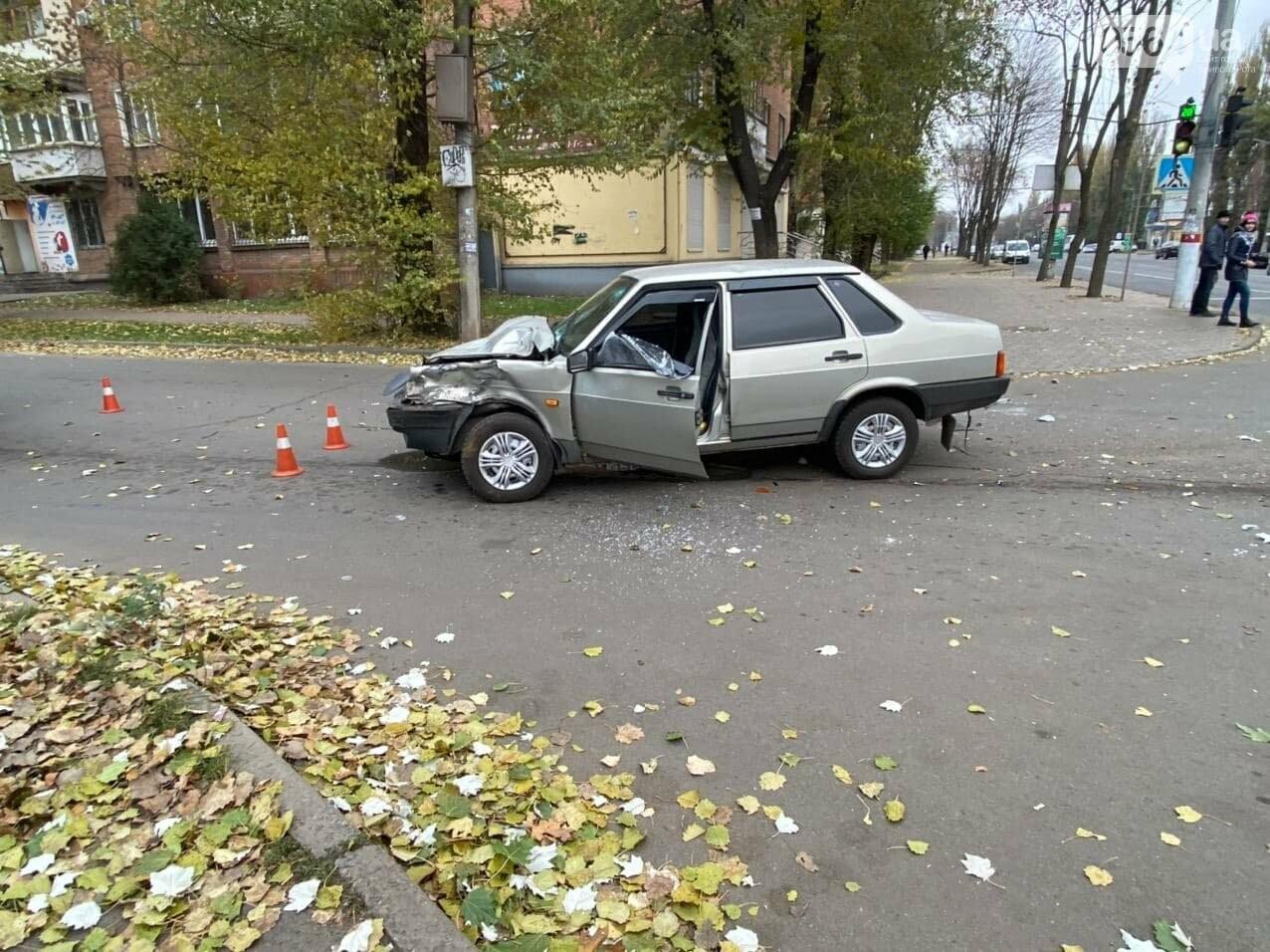 На центральном проспекте Кривого Рога столкнулись грузовик и ВАЗ, - ФОТО, ВИДЕО, фото-6