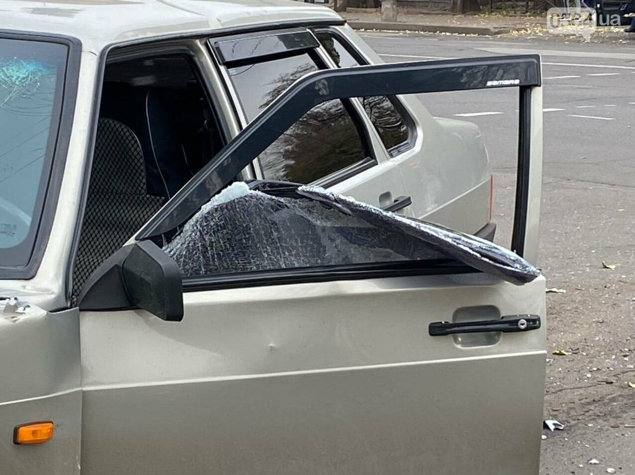 На центральном проспекте Кривого Рога столкнулись грузовик и ВАЗ, - ФОТО, ВИДЕО, фото-7