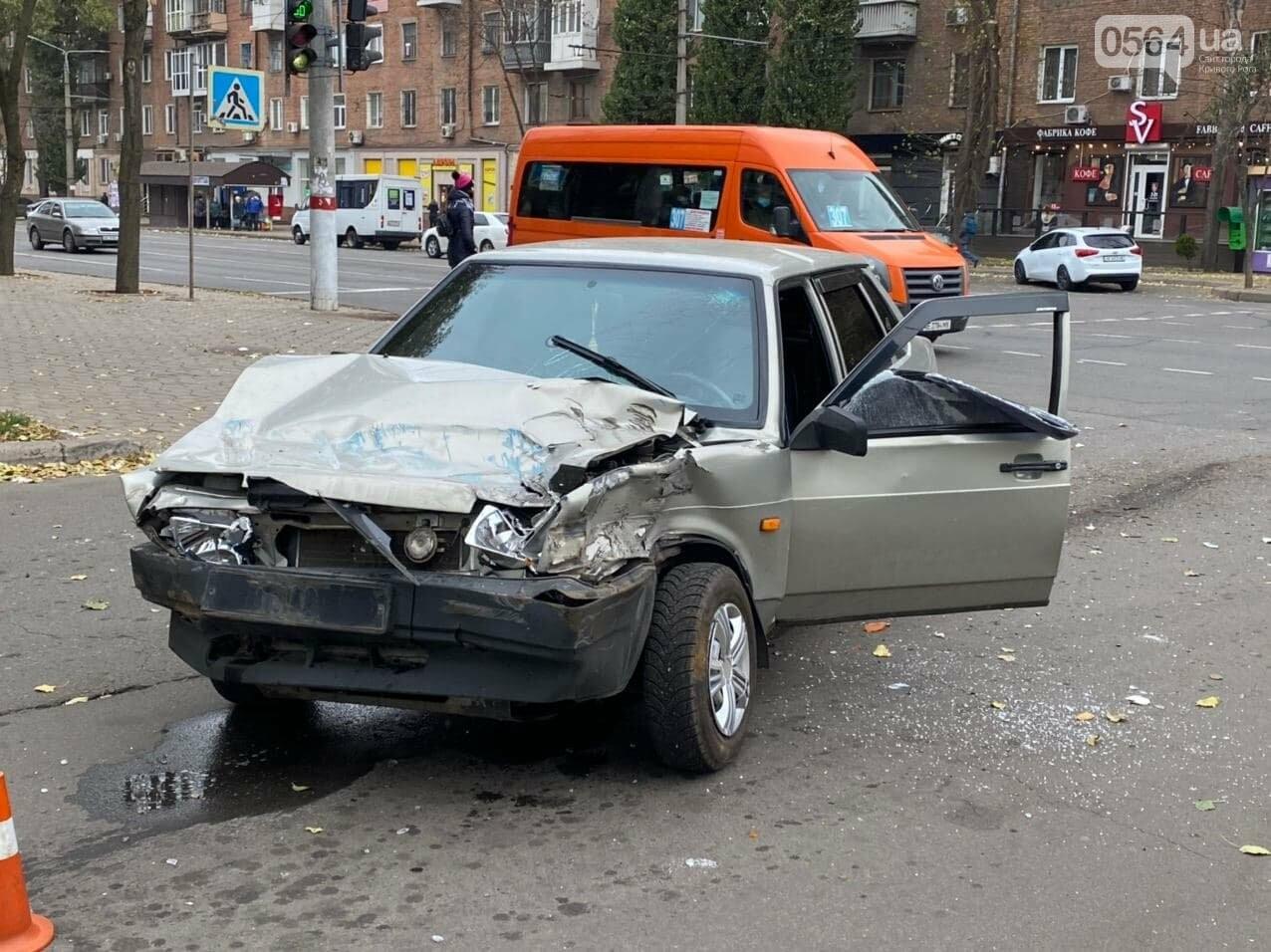 На центральном проспекте Кривого Рога столкнулись грузовик и ВАЗ, - ФОТО, ВИДЕО, фото-11
