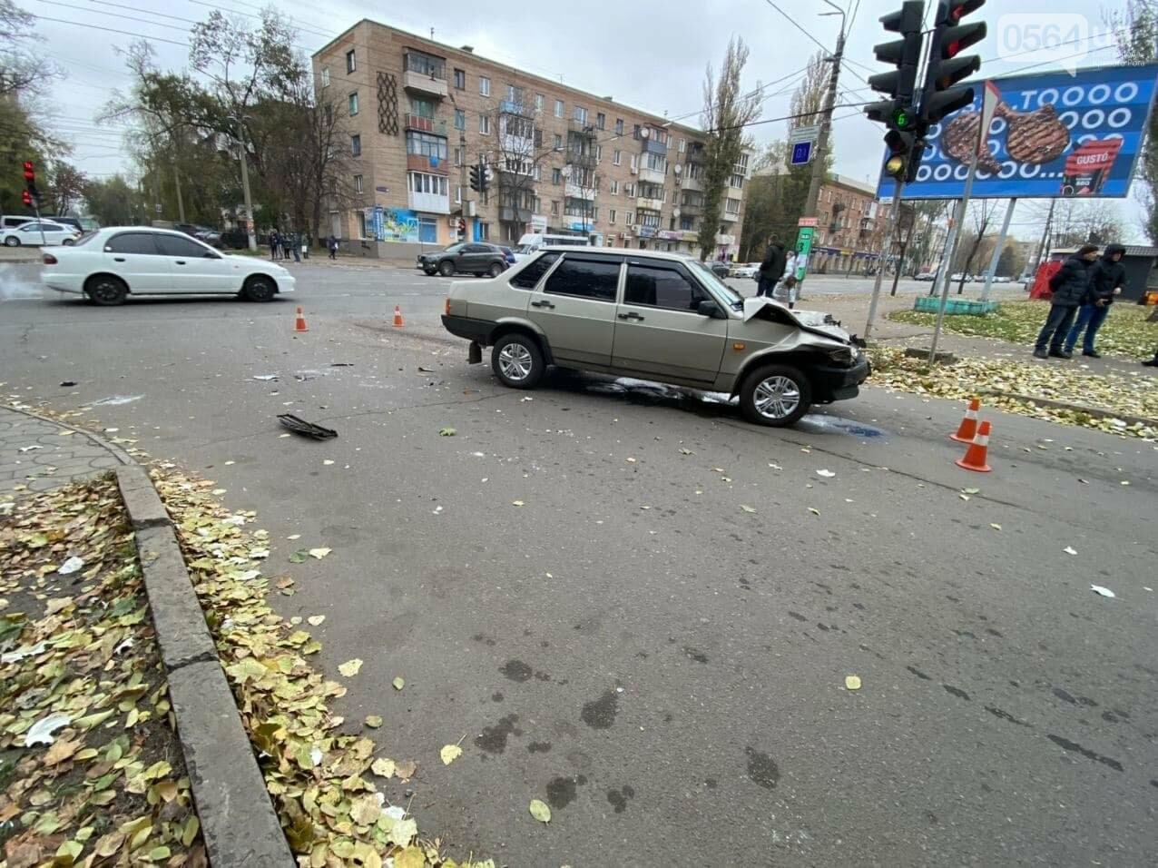 На центральном проспекте Кривого Рога столкнулись грузовик и ВАЗ, - ФОТО, ВИДЕО, фото-8