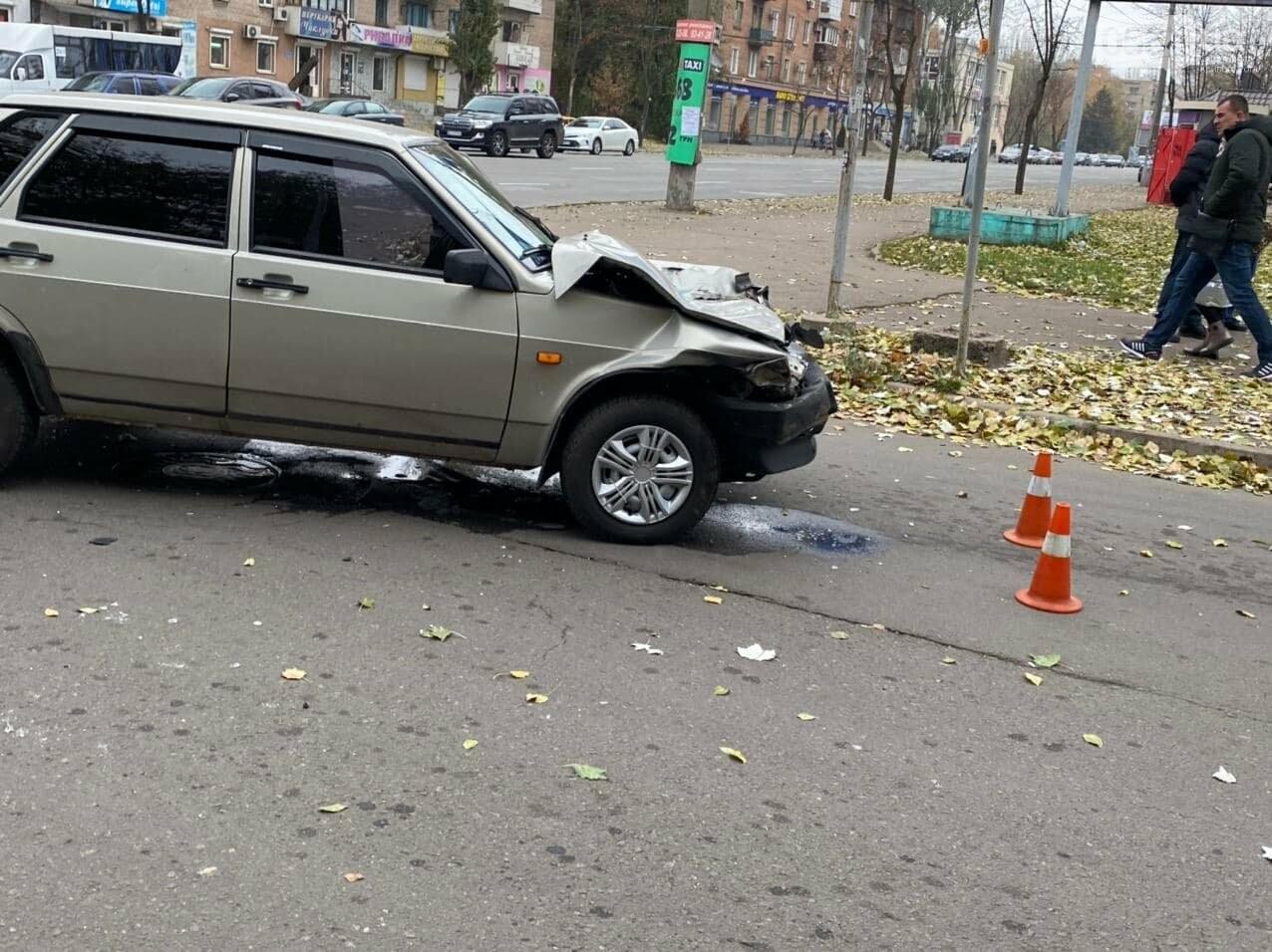 На центральном проспекте Кривого Рога столкнулись грузовик и ВАЗ, - ФОТО, ВИДЕО, фото-13