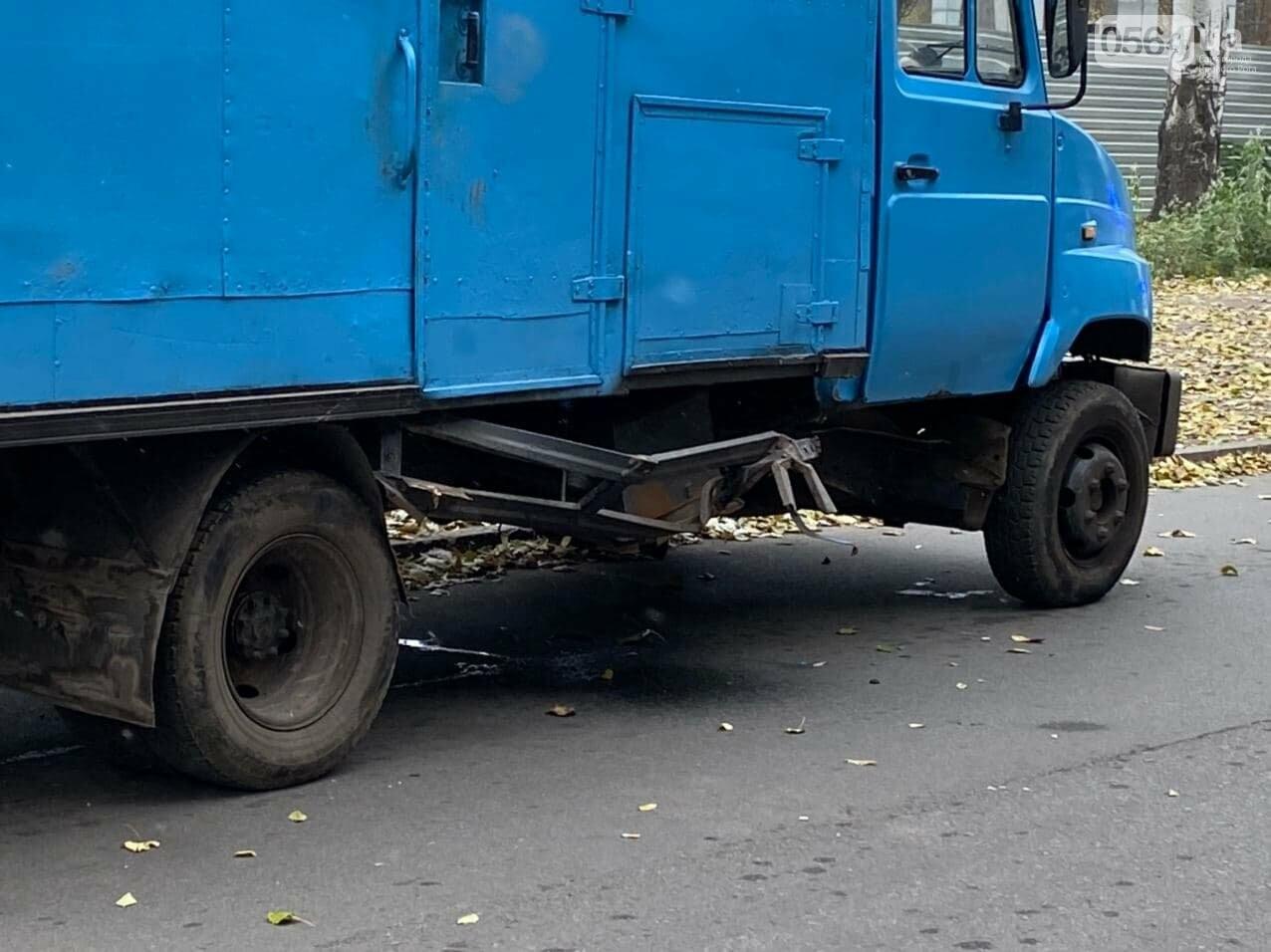 На центральном проспекте Кривого Рога столкнулись грузовик и ВАЗ, - ФОТО, ВИДЕО, фото-14