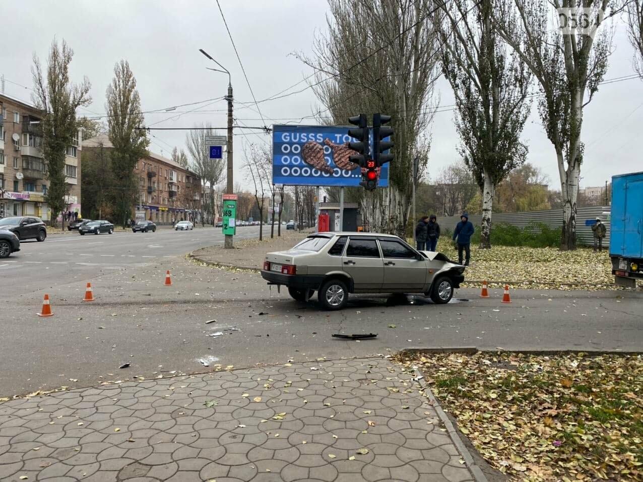 На центральном проспекте Кривого Рога столкнулись грузовик и ВАЗ, - ФОТО, ВИДЕО, фото-15