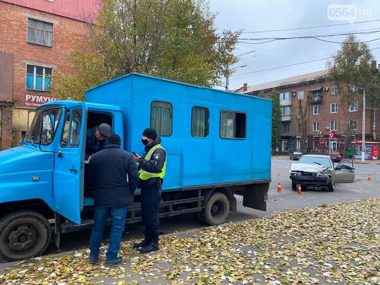 На центральном проспекте Кривого Рога столкнулись грузовик и ВАЗ, - ФОТО, ВИДЕО, фото-17