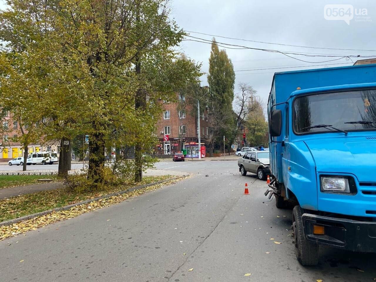 На центральном проспекте Кривого Рога столкнулись грузовик и ВАЗ, - ФОТО, ВИДЕО, фото-16