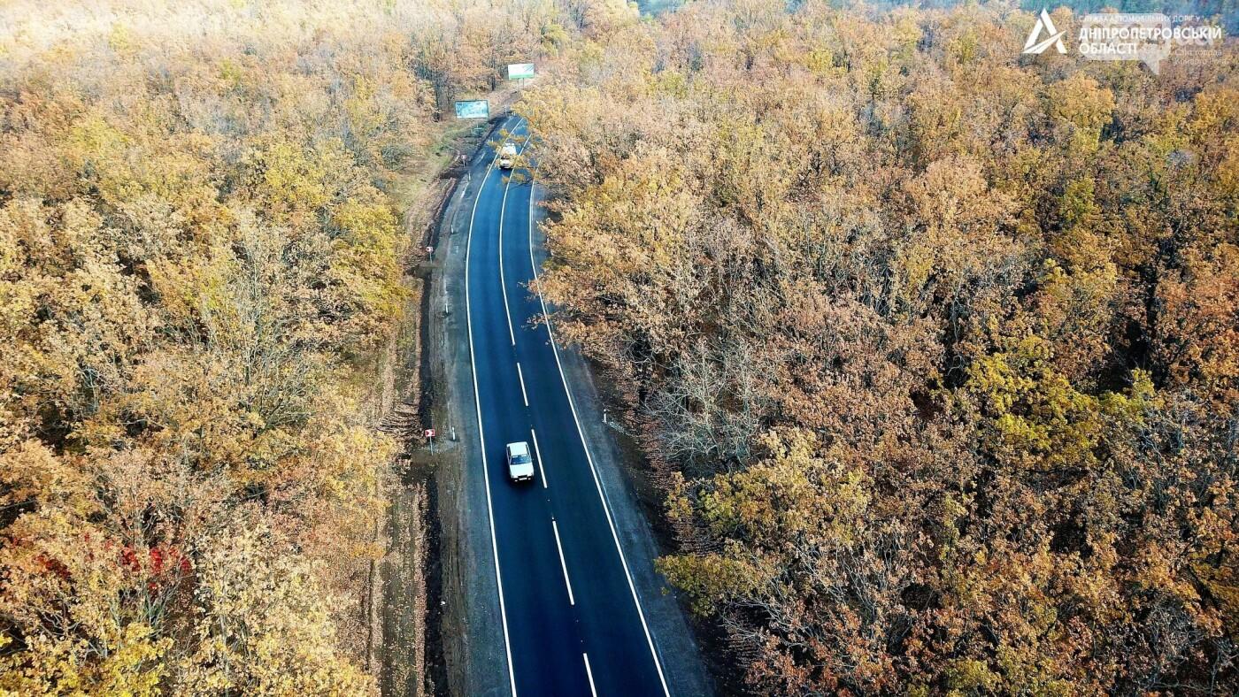 Завершается ремонт трассы Кривой Рог - Николаев  - дорожники наносят разметку и устанавливают знаки, - ФОТО , фото-5
