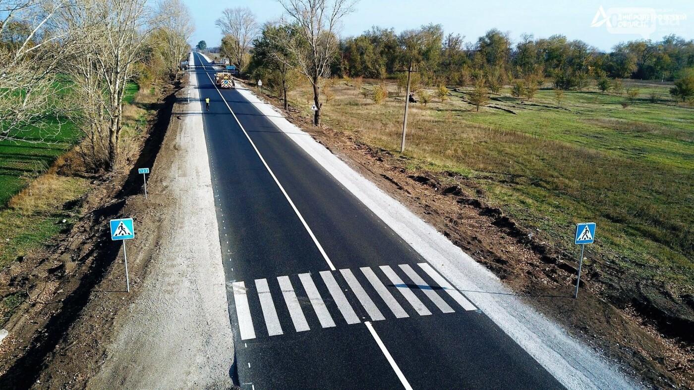 Завершается ремонт трассы Кривой Рог - Николаев  - дорожники наносят разметку и устанавливают знаки, - ФОТО , фото-6