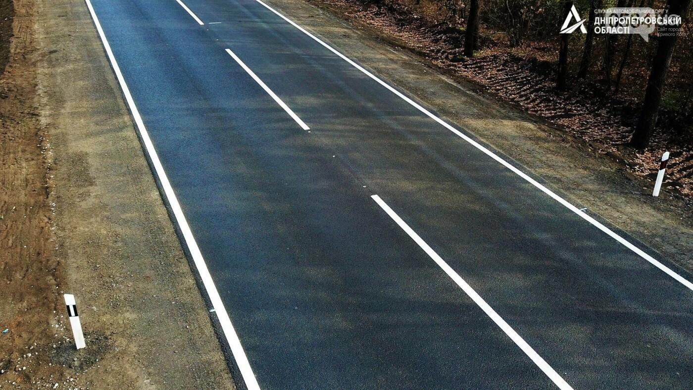 Завершается ремонт трассы Кривой Рог - Николаев  - дорожники наносят разметку и устанавливают знаки, - ФОТО , фото-9