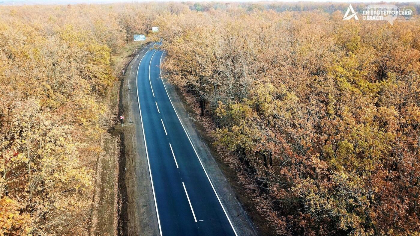 Завершается ремонт трассы Кривой Рог - Николаев  - дорожники наносят разметку и устанавливают знаки, - ФОТО , фото-13