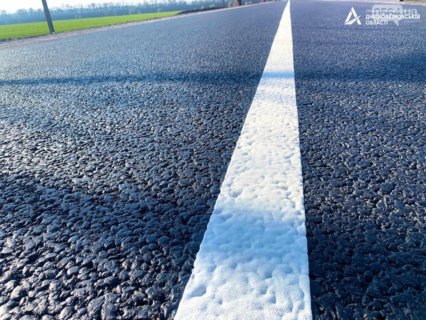 Завершается ремонт трассы Кривой Рог - Николаев  - дорожники наносят разметку и устанавливают знаки, - ФОТО , фото-1