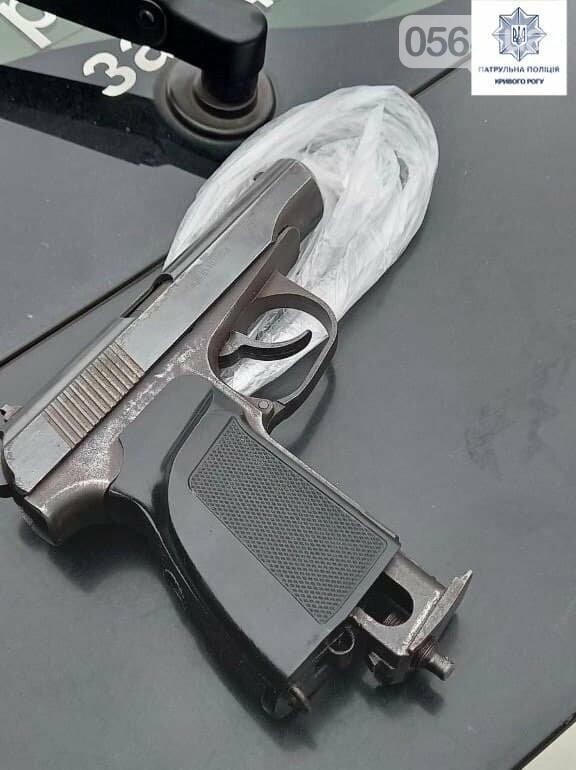 Патрульные в Кривом Роге задержали мужчину, пугавшего пистолетом посетителей магазина, - ФОТО, фото-2