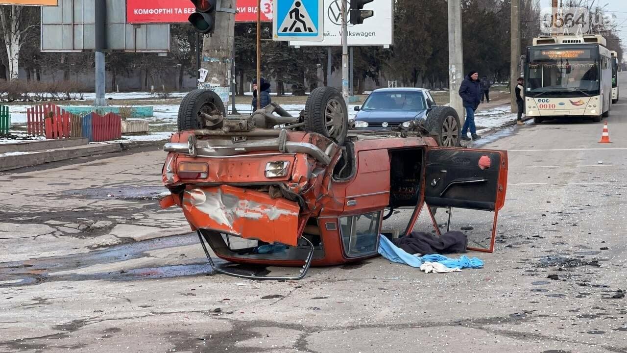 В Кривом Роге столкнулись автобус и легковой ВАЗ, машина перевернулась на крышу, - ФОТО, фото-1