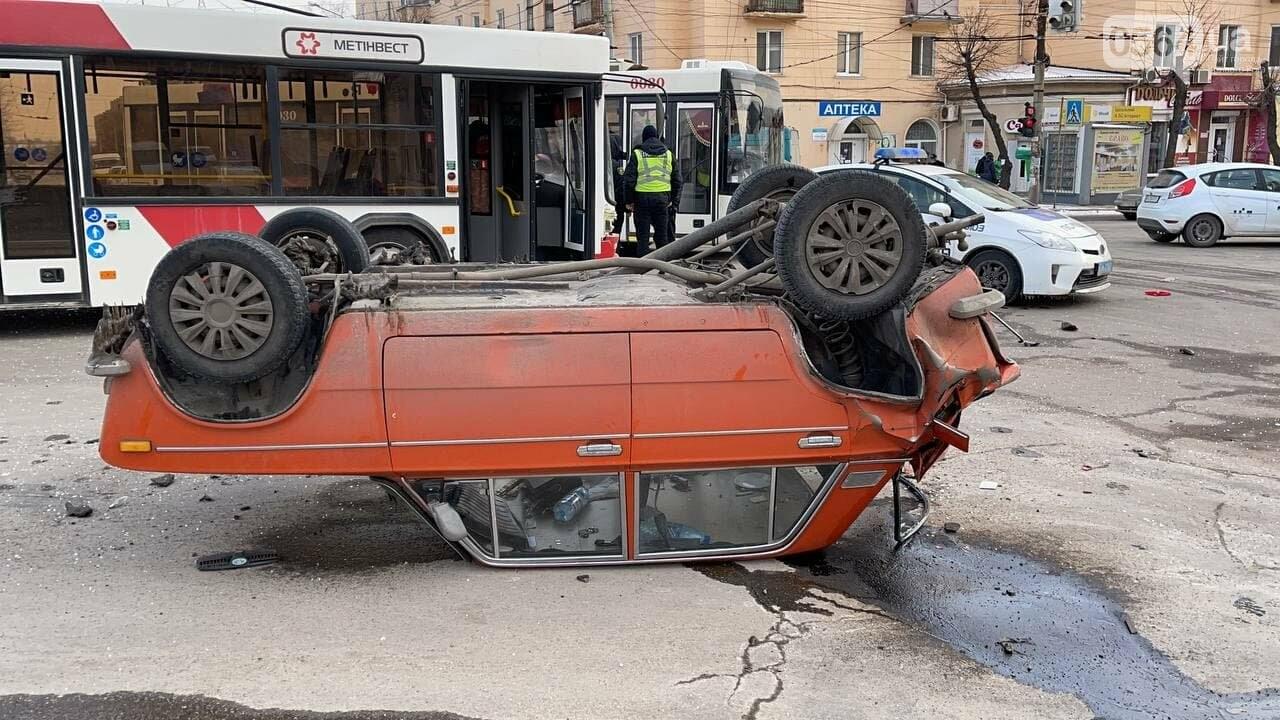 В Кривом Роге столкнулись автобус и легковой ВАЗ, машина перевернулась на крышу, - ФОТО, фото-3