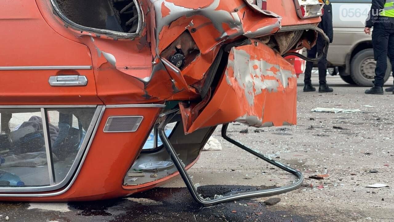 В Кривом Роге столкнулись автобус и легковой ВАЗ, машина перевернулась на крышу, - ФОТО, фото-4