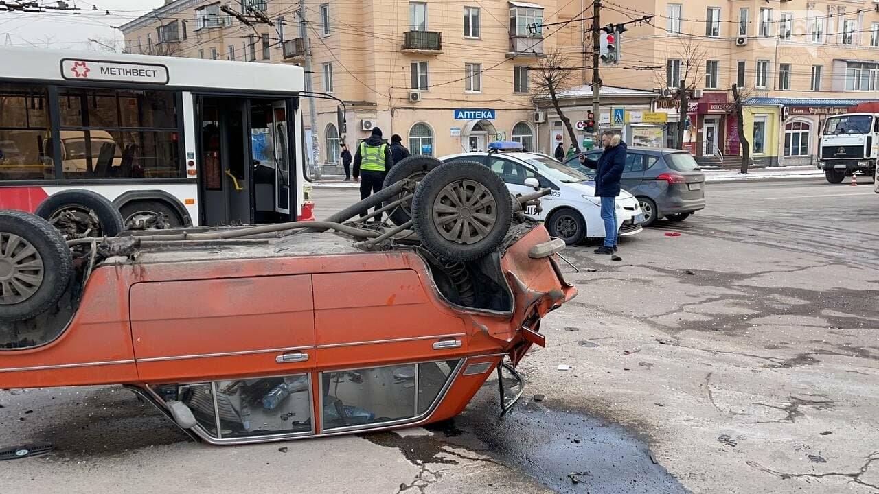В Кривом Роге столкнулись автобус и легковой ВАЗ, машина перевернулась на крышу, - ФОТО, фото-5