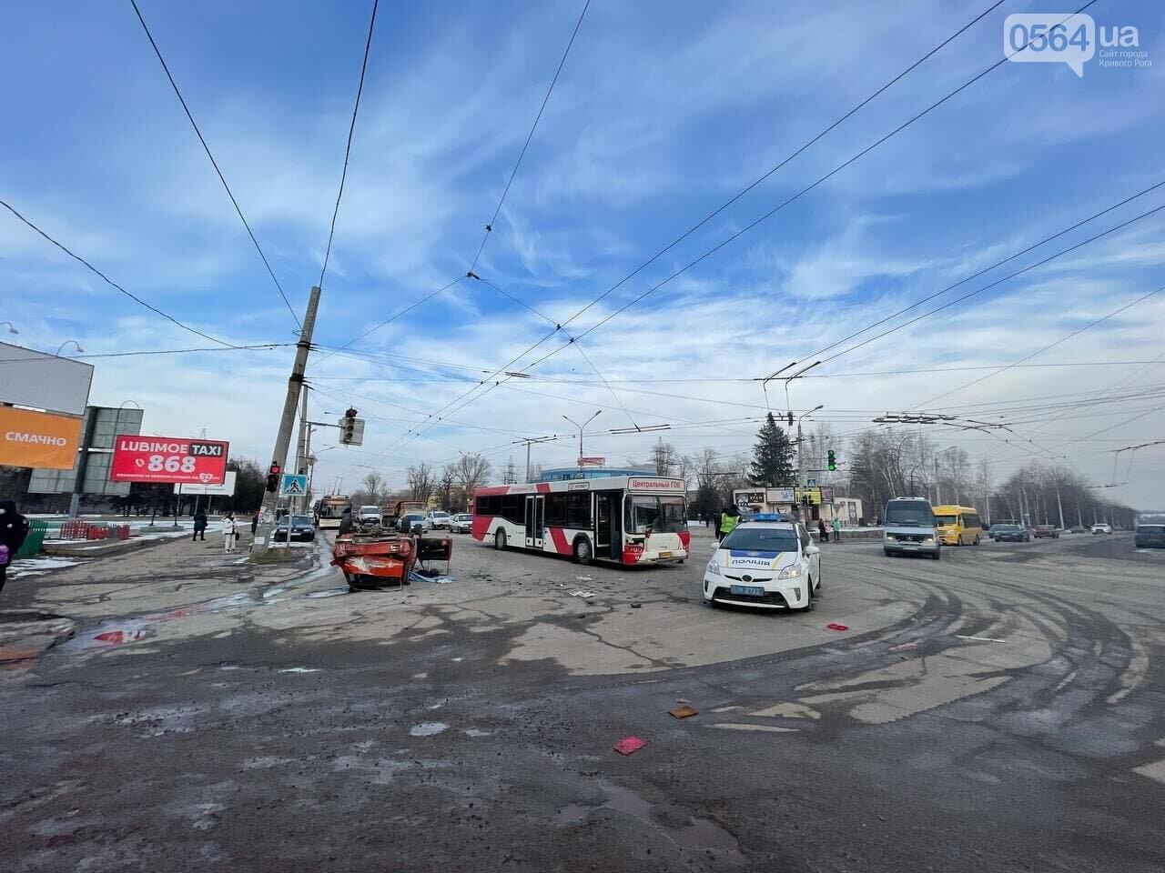 В Кривом Роге столкнулись автобус и легковой ВАЗ, машина перевернулась на крышу, - ФОТО, фото-6
