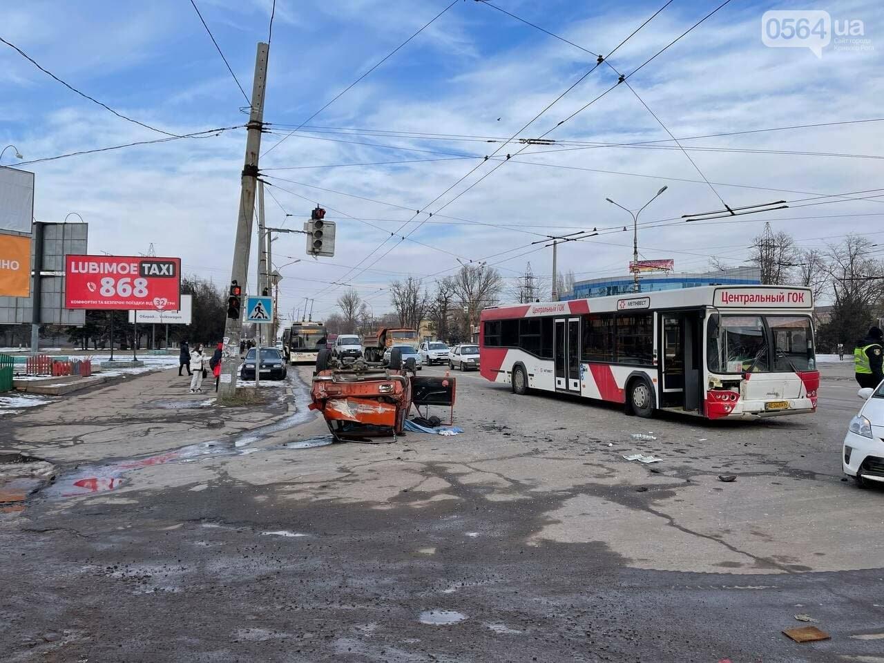 В Кривом Роге столкнулись автобус и легковой ВАЗ, машина перевернулась на крышу, - ФОТО, фото-7