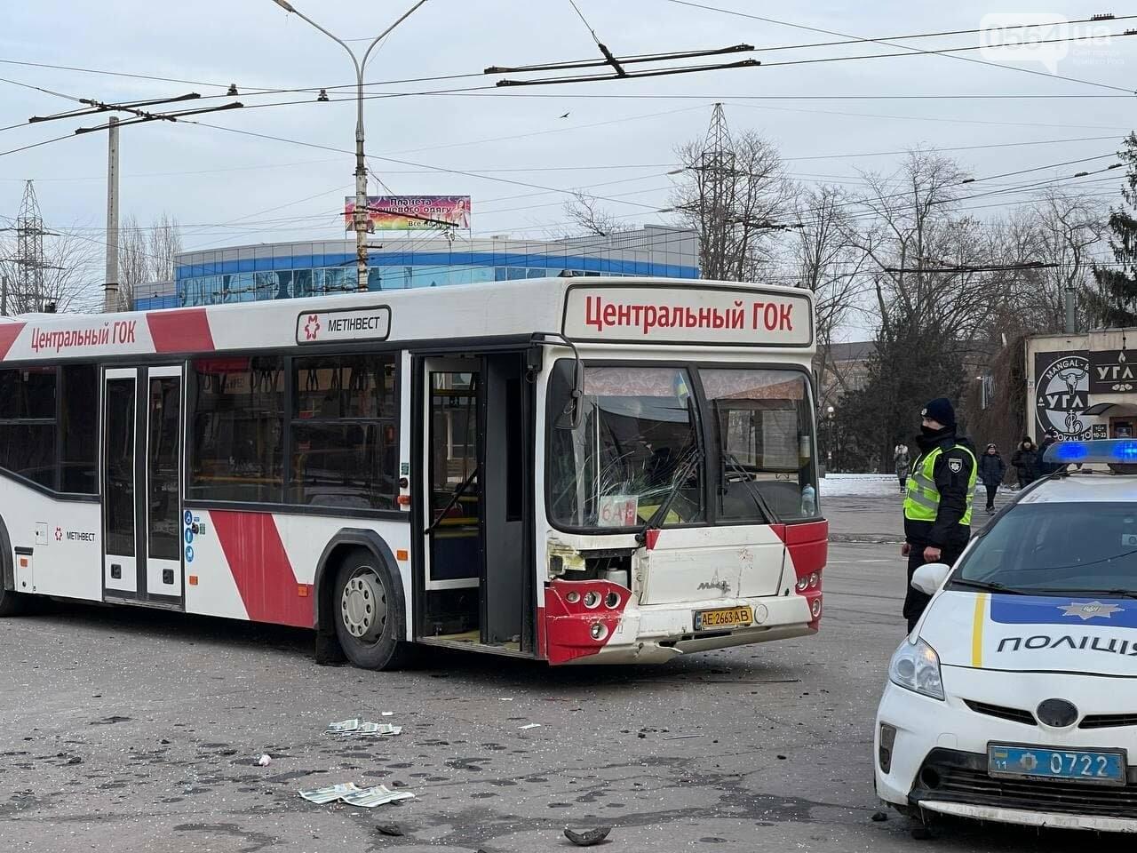 В Кривом Роге столкнулись автобус и легковой ВАЗ, машина перевернулась на крышу, - ФОТО, фото-8