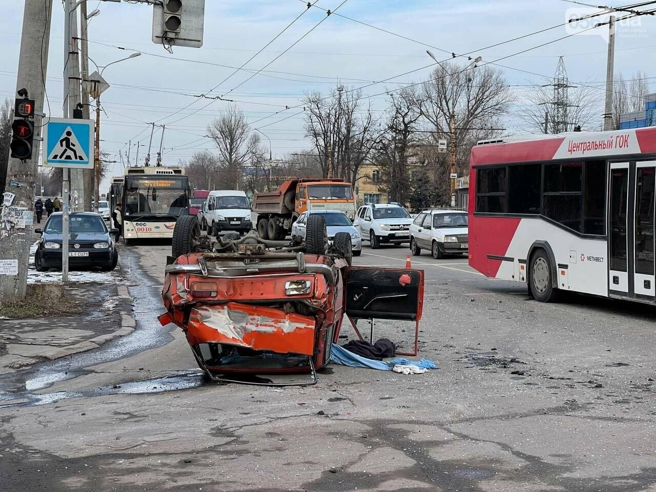 В Кривом Роге столкнулись автобус и легковой ВАЗ, машина перевернулась на крышу, - ФОТО, фото-9