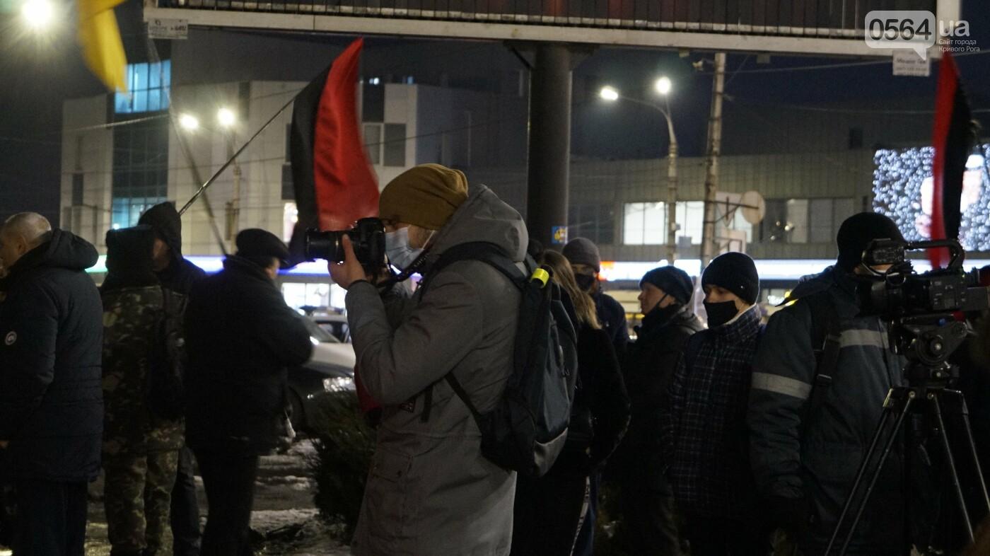 В Кривом Роге горожане вышли на митинг-реквием чтобы почтить память Героев Небесной Сотни, - ФОТО, ВИДЕО, фото-26