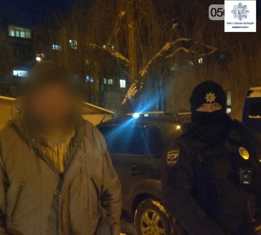 В Кривом Роге патрульные обнаружили мужчину, разгуливавшего по городу с оружием, - ФОТО, фото-1